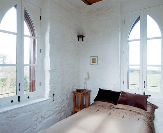 Ve věži je jedna z ložnic. Původní zdivo je bíle omítnuté a nic tak neruší jedinečné výhledy na moře a do krajiny