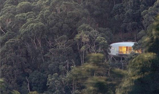 Nápaditá stavba je postavena v prudkém svahu uprostřed lesa