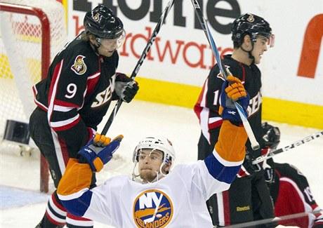 Michael Grabner z New Yorku Islanders slav� g�l, za n�m smutn� odj�d�j� z ledu Milan Mich�lek (vlevo) a jeho spoluhr�� z Ottawy Bobby Butler.
