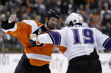 BITKA. Jody Shelley z Philadelphie (vlevo) a Kevin Westgarth z Los Angeles zpestřují zápas v NHL.