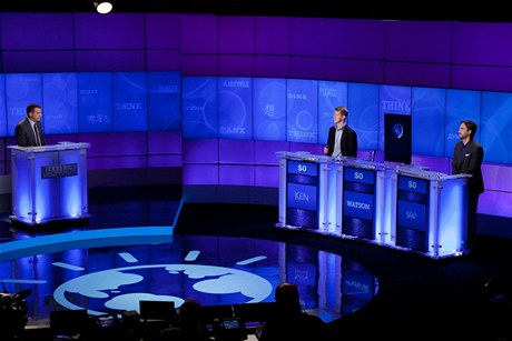 Sout��c� Ken Jennings a Brad Rutter se utkaj� s po��ta�em Watson ve h�e Jeopardy! v p��m�m p�enosu americk� televizn� stanice CBS