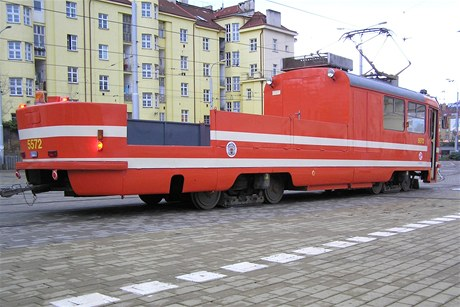 Nákladní tramvaj slouží v zimě jako tramvajový pluh