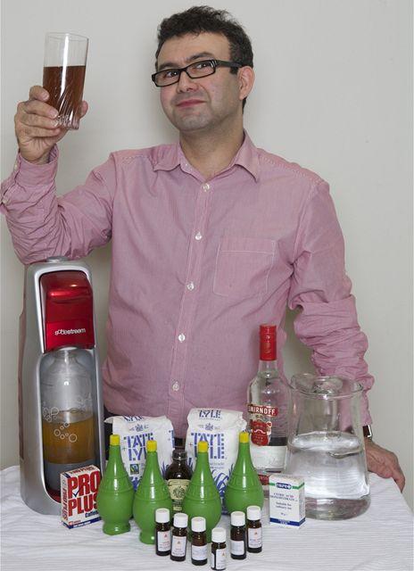 Britský novinář Vincent Graff ochutnává svoji po domácku připravenou coca colu