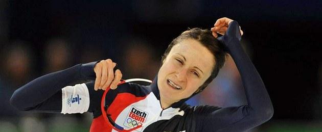 Rychlobrusla�ka Martina Sáblíková se raduje ze zlaté olympijské medaile ze závodu na 5000 metr�