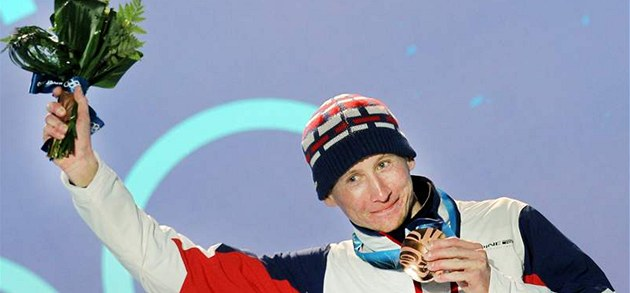 Luká� Bauer stojí na stupních vít�z� s bronzovou medailí po závod� na 15 km
