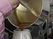 Zbytek karamelu si schovejte do vhodné nádobky, abyste mohli podle potřeby limonádu dochucovat a dobarvovat