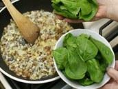 Cibuli nechte zesklovatět a přidejte stopek zbavený listový špenát. Orestujte ho a krátce poduste