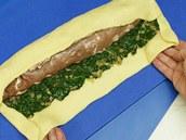 Poté přes maso střídavě přeložte delší klopy plátu těsta, aby byla panenka pokrytá vrstvou špenátu také nahoře
