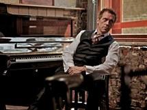 Herec Hugh Laurie rozvíjí paralelní kariéru jako pianista a zpěvák