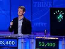 Soutěžící Ken Jennings proti počítači Watson během tiskové konference