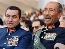 Husní Mubarak (vlevo) s předchozím egyptským prezidentem Anwarem Sadatem 6. října 1981 sleduje vojenskou přehlídku. O chvíli později Sadata zavraždili islámští fundamentalisté a Mubarak se vyhoupl do křesla prezidenta