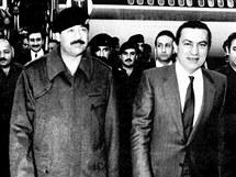Husního Mubaraka (vpravo) vítá v roce 1985 v Iráku prezident  Saddám Husajn (uprostřed)