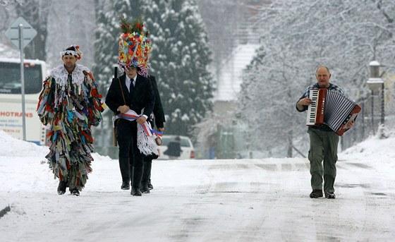 Tradiční masopustní růžičková koleda vyrazila v sobotu v Nesměni na Českobudějovicku.