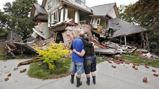 Manželé Murray a Kelly Jamesovi se dívají na svůj zničený dům v centru Christchurchu. (23. února 2011)