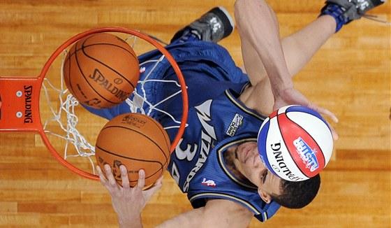 KONCERT PRO DV� RUCE. Hned t�i m��e z jednoho v�skoku zatloukl ve sme�ovac� sout�i All Star v�kendu NBA JaVale McGee. P�esto nevyhr�l.