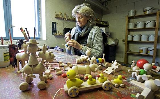 Anna Hanzalová, dcera výrobce populárních dřevěných hraček, pokračuje v tradici svého otce