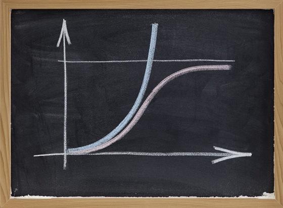 Zastánci singularity se domnívají, že exponenciální vývoj bude pokračovat, neboť každá omezení, která dnes předvídáme, budou v budoucnu překonána právě s pomocí dříve neznámých postupů. Skeptici poukazují na fyzikální a jiné teoretické limity, které podle nich překonat nepůjde, a pokrok se tak po nějaké době zpomalí.