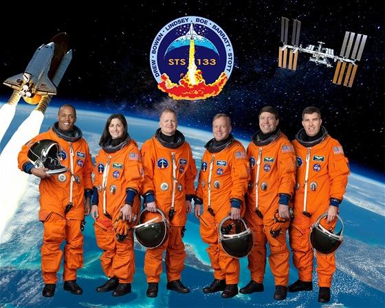 Posádka: Uprostřed vpravo stojí Steve Lindsey (velitel), uprostřed vlevo Eric Boe (pilot), dále z leva astronauti Alvin Drew, Nicole Scott, Michael Barrat a Steve Bowen.