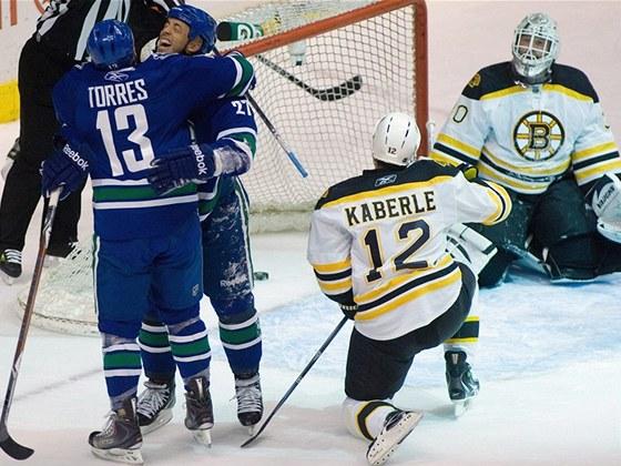 Hokejist� Vancouveru j�saj�, Tom� Kaberle a brank�� Tim Thomas z Bostonu zpytuj� sv�dom�. Nakonec ale mohli slavit v�hru 3:1.