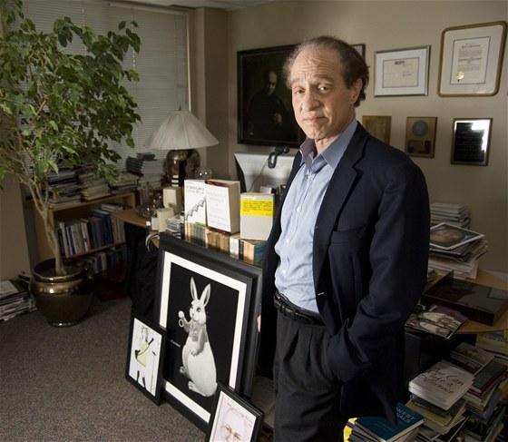 Raymond Kurzweil - americký vynálezce, spisovatel a futurista, narozený v roce 1948, patří ke slavným zastáncům singularity a jejím výzkumníkům. Je držitelem mnoha prestižních ocenění a sedmnácti čestných doktorátů. Upozornil na sebe už v sedmnácti, kdy vynalezl a sestrojil počítač komponující syntetickou hudbu. Podílel se také na optickém rozpoznávání znaků, syntéze řeči a převodu řeči na text.