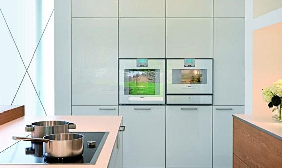Kuchyně (Leicht) kombinuje bílý lesk s dřevěnou dýhou