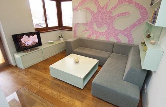 Nábytek i pohovka byly vyrobeny na zakázku
