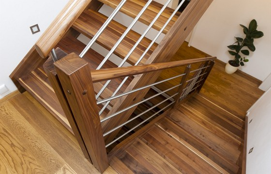 Pohodlné dřevěné schodiště je z ořechu