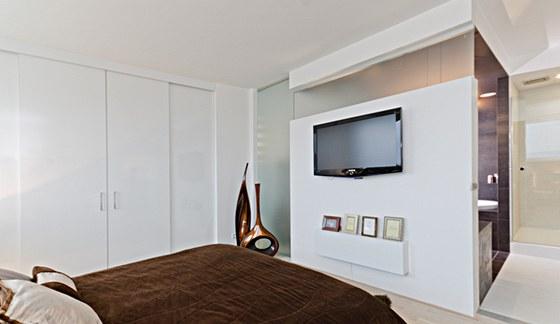 V ložnici nechybí velká vestavná skříň