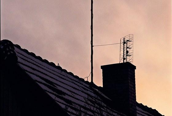 Projektant spočítá dostatečnou vzdálenost mezi komínem nebo anténou a jímací tyčí v nejvyšším bodě. Na tuto vypočtenou vzdálenost se uchytí ke komínu nebo k anténnímu stožáru jímač nebo jímací drát