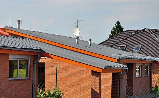 Ploché plechové střechy se proti bleskům jistí jímacím drátem po obvodu