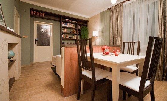 Plovoucí laminátová podlaha má dekor dřevěných prken
