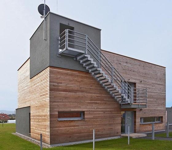 Na severní fasádě je zavěšeno exteriérové schodiště, které vede z patra na střechu, zdroj: www.mujdum.cz