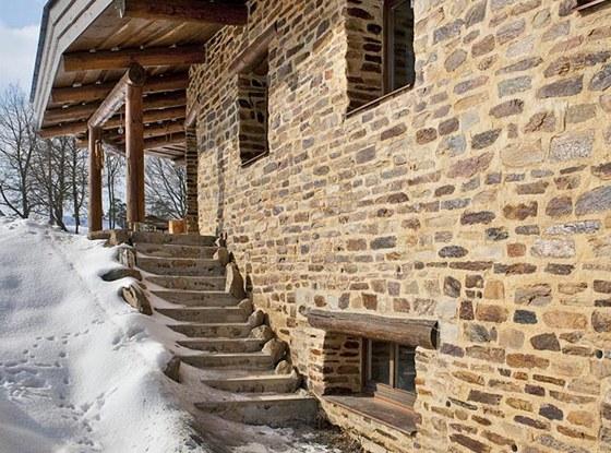 Severní a jižní část zahrady spojuje exteriérové kamenné schodiště, zdroj: www.mujdum.cz