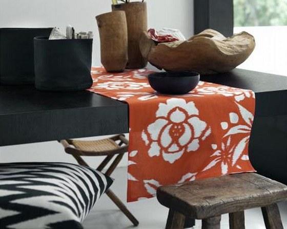 Letošní tři trendy se dají s úspěchem mixovat. Retro stoličku v kombinaci s moderním stolem a dřevěnými doplňky v přírodním stylu doplňují bytové textilie s květinovými a etno vzory.