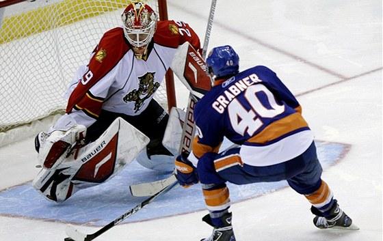 Floridsk� g�lman Tom� Vokoun likviduje �anci  Michaela Grabnera z New York Islanders.
