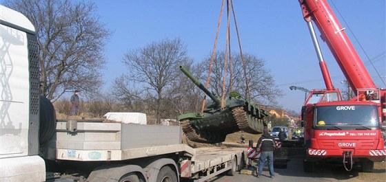 Je��b vypro��uje havarovan� tank.