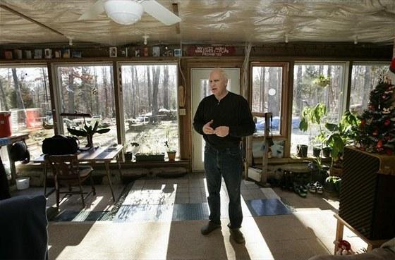 Dům umí dobře hospodařit se slunečními energiemi. Během zimního obydlí v sobě izolační vrstvy pneumatik a lahví kumulují teplo