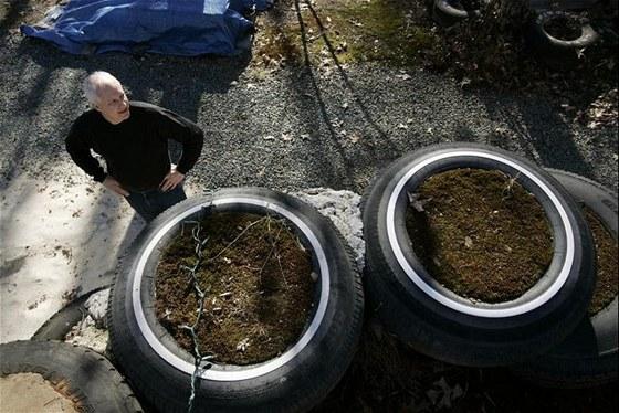 Randy Holladay každou pneumatiku napěchoval asi sto padesáti kily sutě a hlíny