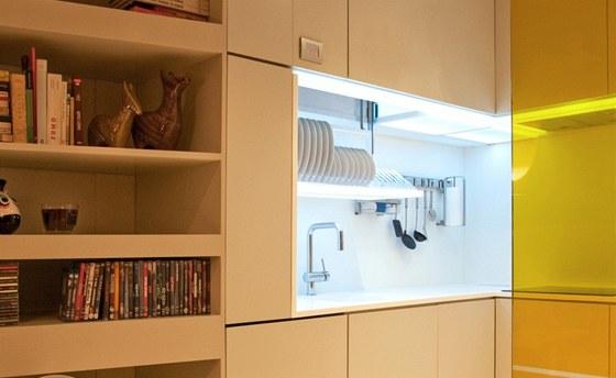 Kuchyňská linka s ukázkou výsuvných polic s nádobím