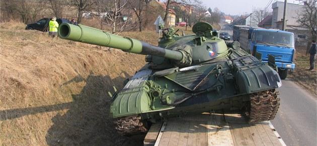 Tank se sesunul z náv�su.