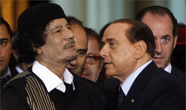 Muammare, příteli. Italský premiér Silvio Berlusconi vítá libyjského vůdce v Římě
