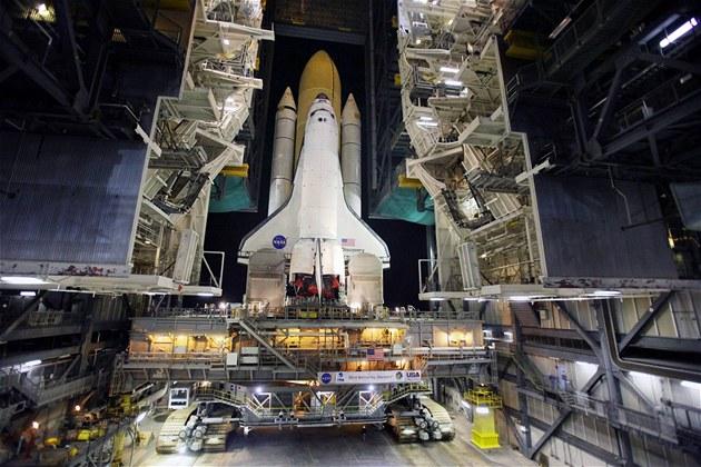 Americký raketoplán Discovery opouští hangár.