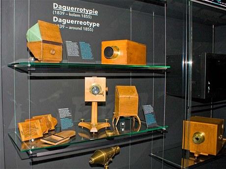 Daguerrotypické kamery z poloviny 19. století připomínající historii fotografování.