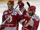 Třinečtí hokejisté Martin Lojek a Jan Peterek se radují ze vstřelené branky