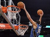 JaVale McGee p�ed exhibi�n�m Utk�n�m hv�zd NBA sme�uje na dva ko�e z�rove�.