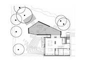 Plánek rodinného domu s venkovním obývacím pokojem a zahradou