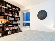 Ložnice pro hosty s velkým dvoulůžkem a knihovnou