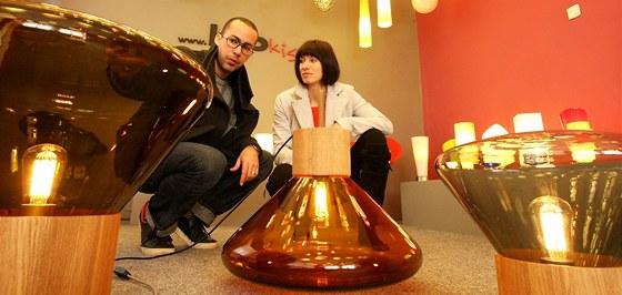 Designér Dan Yeffet a jeho kolegyně Lucie Koldová s kolekcí světel ze sklárny Janštejn, které putují na výstavu do Prahy