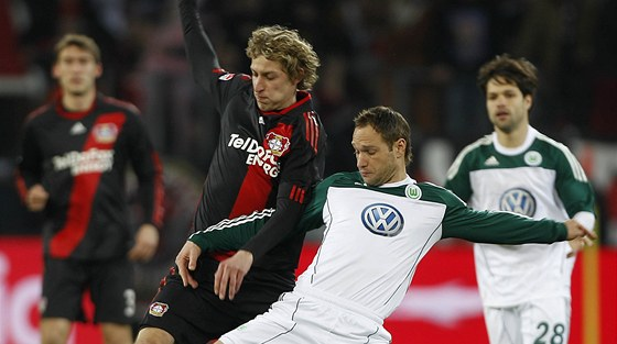 Jan Polák v dresu Wolfsburgu (vpravo) bojuje o míč se Stefanem Kiesslingem z Leverkusenu.