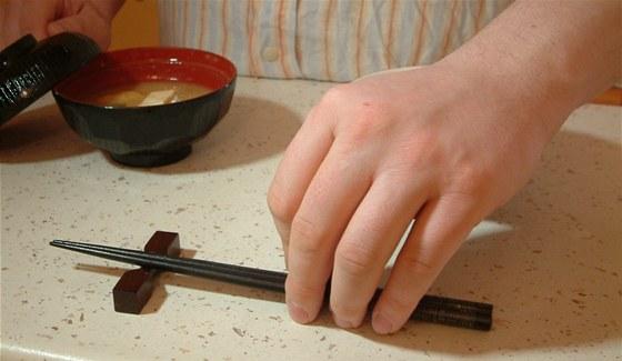 Během jídla lze hůlky odložit přes misku nebo na speciální stojánek.